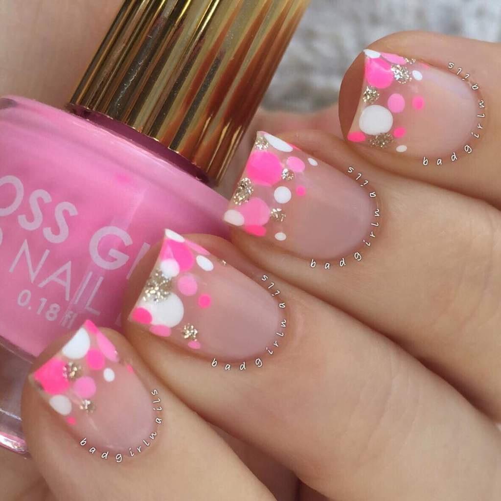 Fingernails with a pattern of pink and white dots